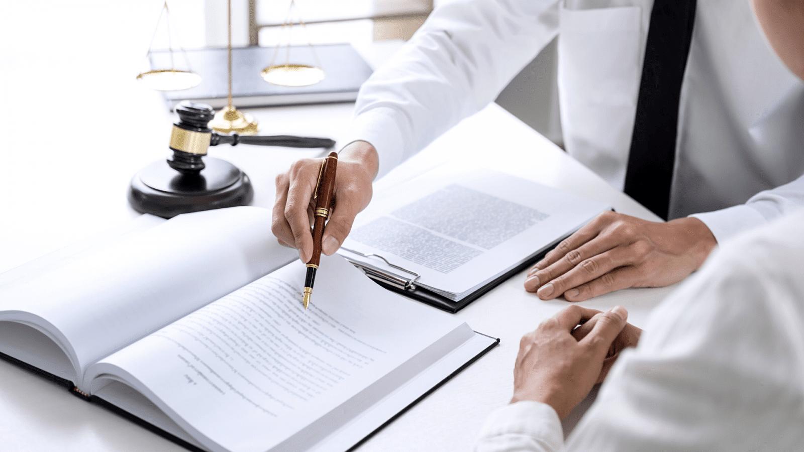 Wskazanie długopisem określonego tekstu w kodeksie prawa