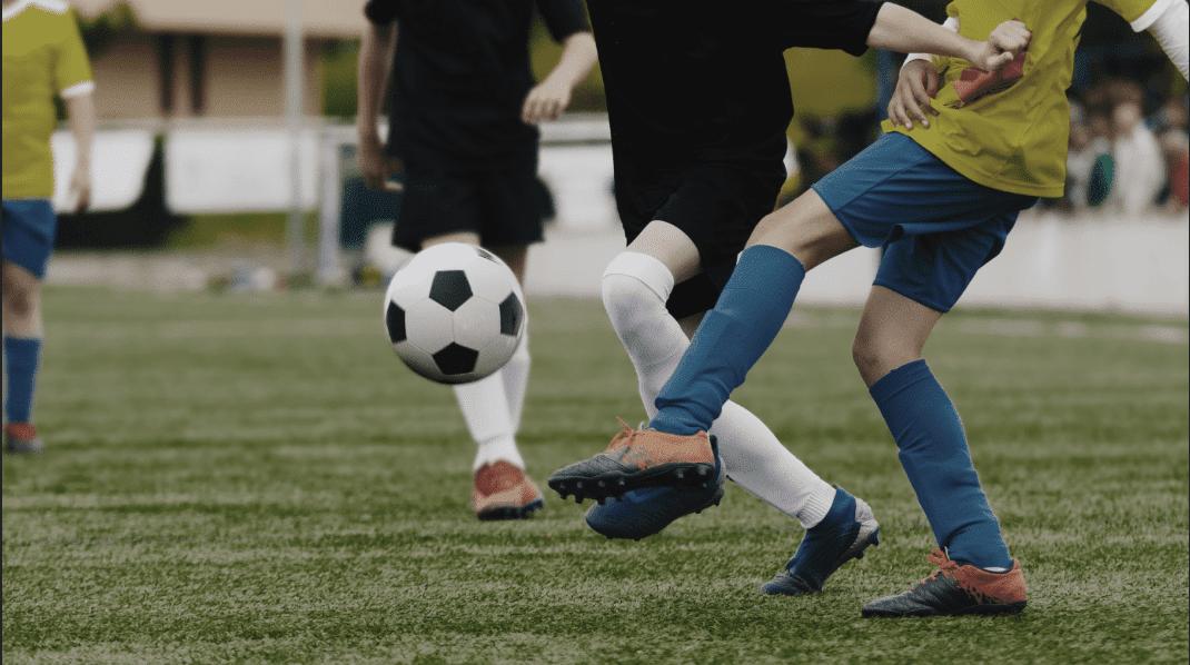 Mecz piłkarski młodych chłopaków