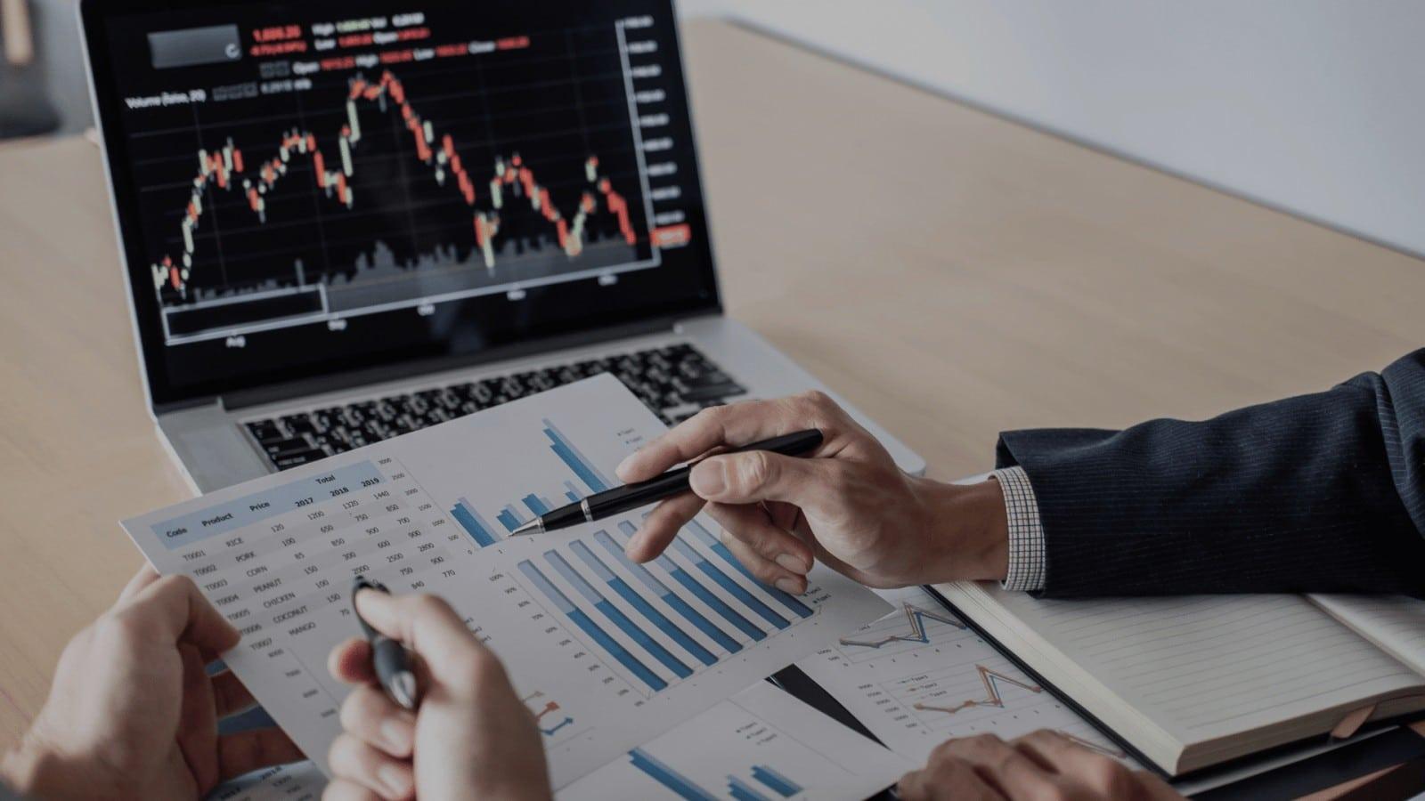Wykres przedstawiający ruch na giełdzie i cen aktywów firmy